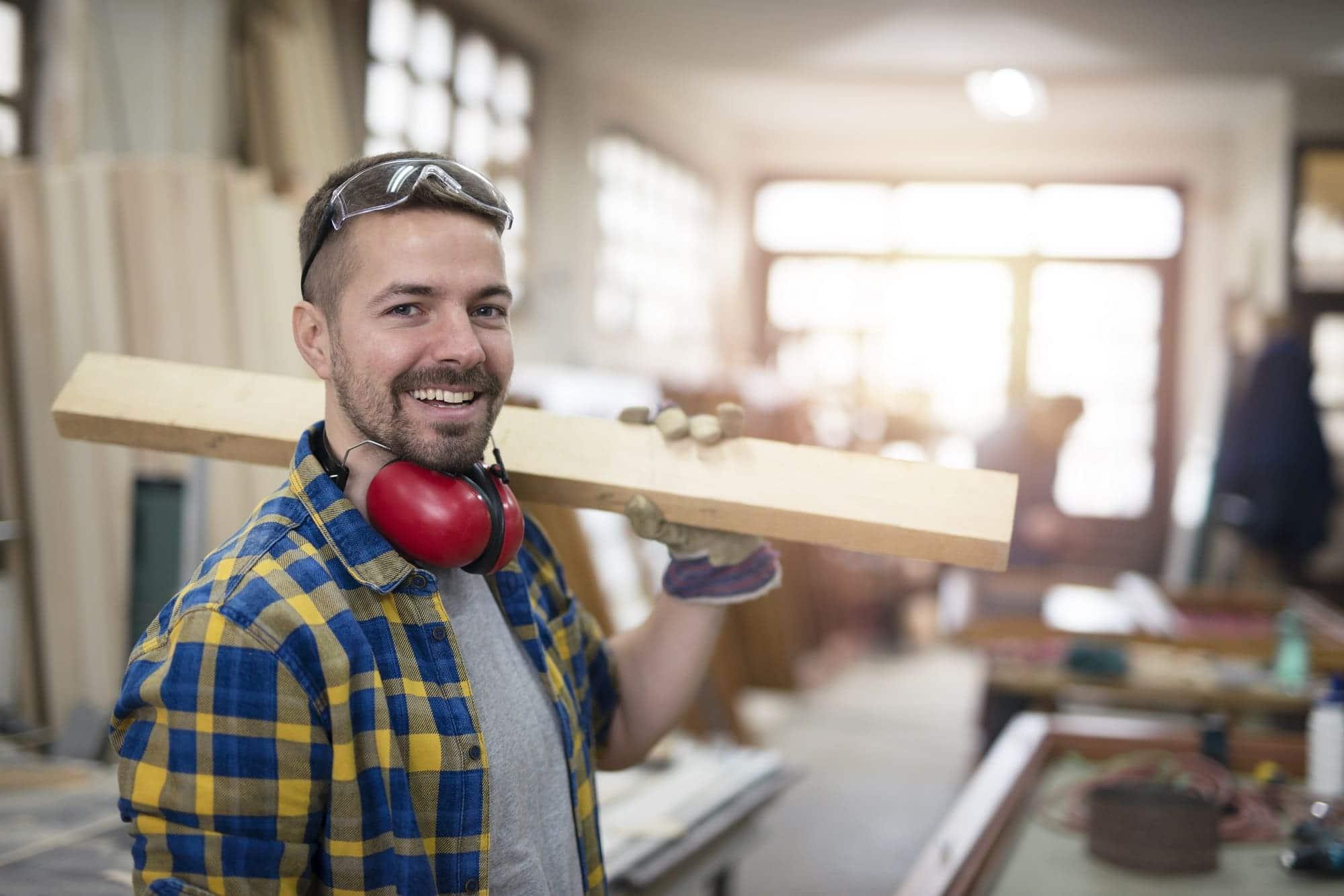 Artisan chef d'entreprise souriant